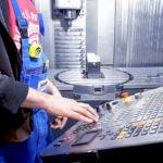 Mitarbeiter an einer CNC Drehmaschine